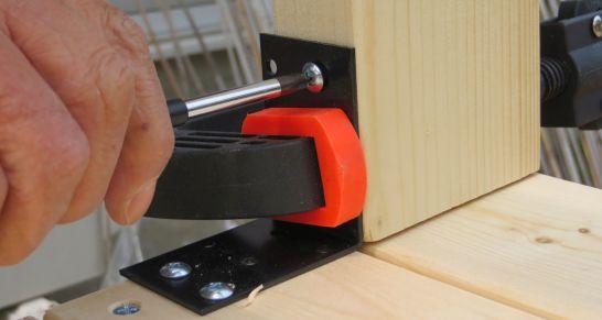 本棚の土台と支柱をL字型金具で取り付け