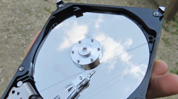 HDDのプラッタに空が写っている。