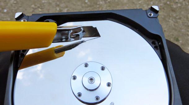 HDDをカッターナイフで傷つける