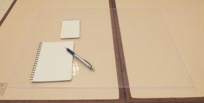 大きいアクリル板とメモ帳