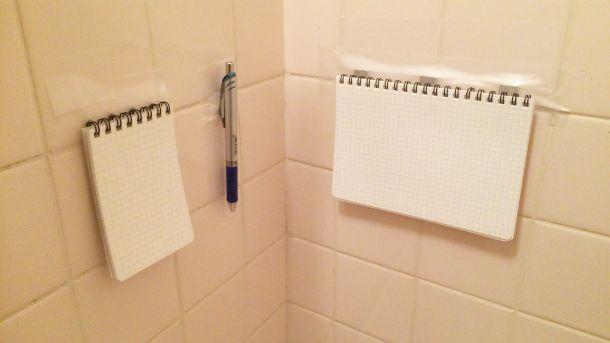 耐水メモとシャーペンを壁に貼り付けたところ
