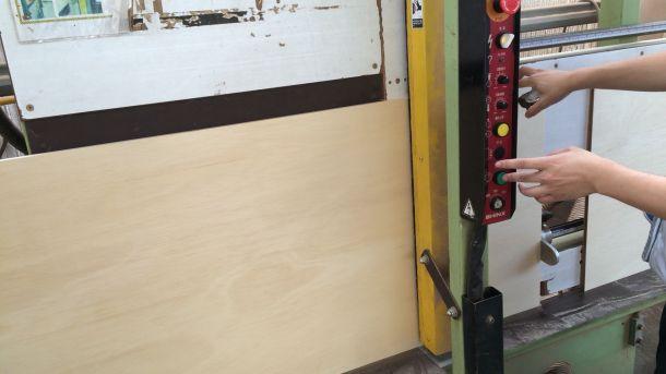 ホームセンターの木材カットマシン