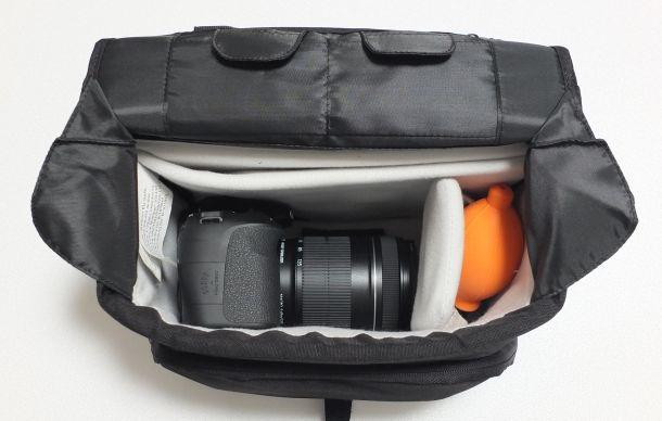 Amazonベーシックカメラバッグに一眼レフとブロワーを入れたところ