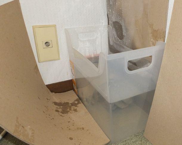 エアコンからの水漏れをボックスで受け止めたところ。