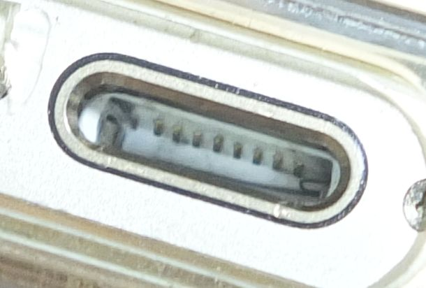 iPhoneライトニング端子の汚れ清掃後